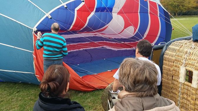 La montgolfière est galbé par l'air